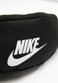 Nike Sportswear - HERITAGE HIP PACK - Bæltetasker - black/white - 4