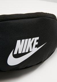Nike Sportswear - HERITAGE UNISEX - Sac banane - black/white - 5