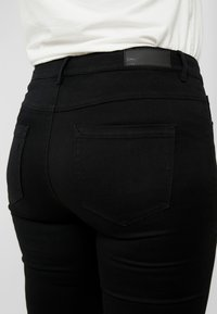 ONLY Carmakoma - CARAUGUSTA  - Jeans Skinny Fit - black - 5