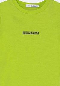 Calvin Klein Jeans - MICRO LOGO - T-Shirt print - acid lime - 2