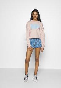Levi's® - GRAPHIC DIANA CREW - Sweatshirt - crew original peach blush - 1