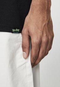 PULL&BEAR - RICK & MORTY - T-shirt con stampa - mottled dark grey - 5