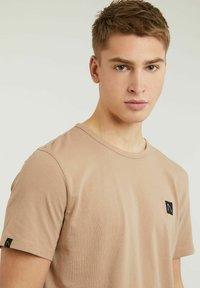 CHASIN' - BRETT - Basic T-shirt - beige - 3