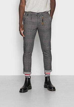 JJIACE JJDYLAN - Spodnie materiałowe - grey melange