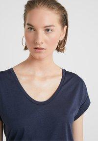 CLOSED - WOMENS - Basic T-shirt - dark night - 4