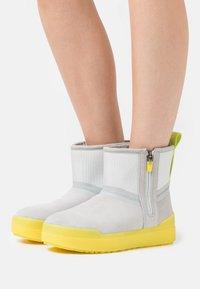 UGG - CLASSIC TECH MINI - Snowboots  - grey - 4