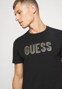 Guess - DEAL TEE - Camiseta estampada - jet black - 4