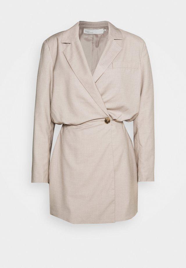 OVERSIZED BLAZER DRESS - Vestido de cóctel - beige