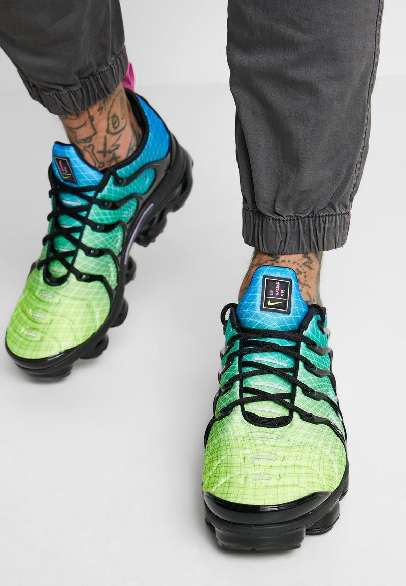 Nike Sportswear - AIR VAPORMAX PLUS - Joggesko - aurora green/reflect silver/black/blue hero/china rose/volt
