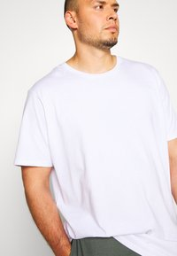 Cotton On - ESSENTIAL LONGLINE CURVED 3 PACK - Basic T-shirt - white - 4
