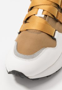 CLOSED - SPICY - Zapatillas - bamboo - 6