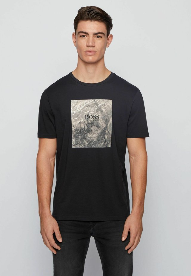 TIRIS  - T-shirt med print - black