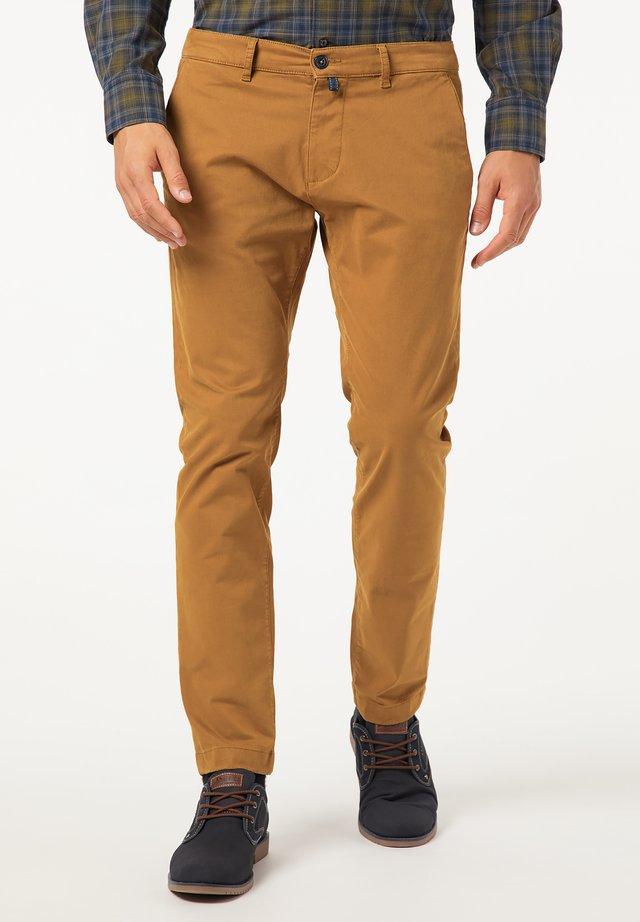SLIM FIT ANTIBES - Pantalon classique - hellbraun