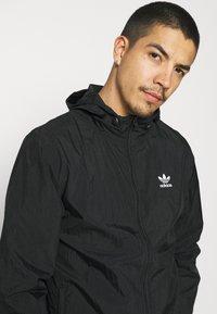 adidas Originals - ESSENTIAL ADICOLOR SLIM - Tunn jacka - black - 3