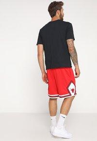 Nike Performance - CHICAGO BULLS NBA SWINGMAN SHORT ROAD - Short de sport - university red/white - 2