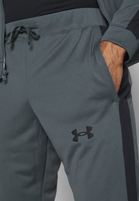 Under Armour - EMEA TRACK SUIT - Träningsset - pitch gray/black - 7