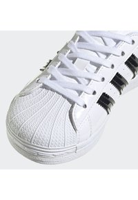 adidas Originals - SUPERSTAR SHOES - Sneakers basse - white - 8
