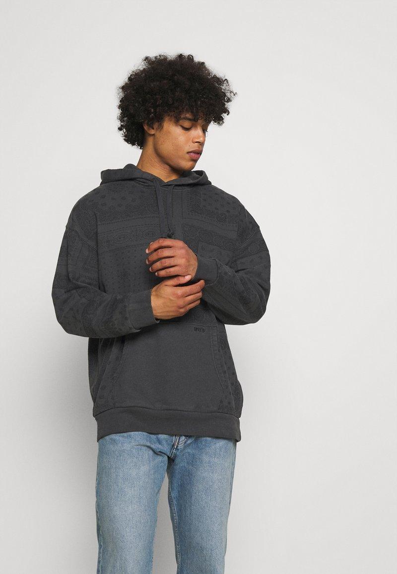 Levi's® - BANDANA POP OVER HOODIE UNISEX - Sweatshirt - blacks