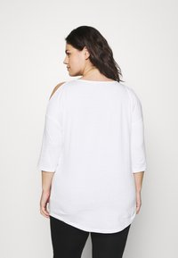CAPSULE by Simply Be - COLD SHOULDER TUNIC - T-shirts med print - white - 2