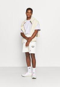 adidas Originals - FLORAL UNISEX - Shorts - off-white - 4