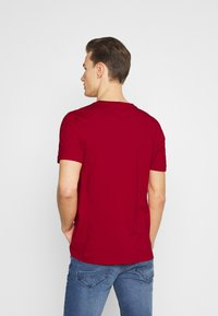 Tommy Hilfiger - CORP SPLIT TEE - Printtipaita - primary red - 2