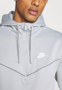 Nike Sportswear - REPEAT HOODIE - Long sleeved top - smoke grey/white - 5