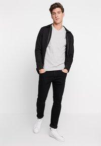 GANT - ORIGINAL SLIM V NECK - T-shirt - bas - light grey melange - 1