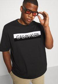 Calvin Klein - SPLIT LOGO - Print T-shirt - black - 4