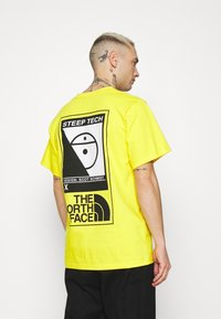 The North Face - STEEP TECH LOGO TEE UNISEX  - T-shirt med print - lightning yellow
