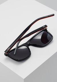 HUGO - Sluneční brýle - black/red/gold-coloured - 3