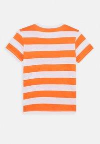 Benetton - T-shirt z nadrukiem - orange/off-white - 1
