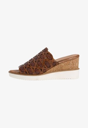 TAMARIS PANTOLETTE - Wedge sandals - cognac comb