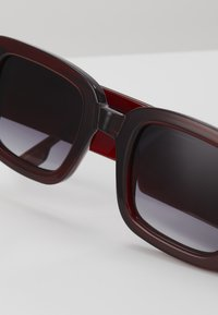 Komono - AVERY - Okulary przeciwsłoneczne - burgundy - 2