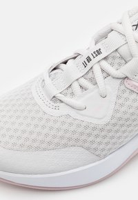 Nike Performance - MC TRAINER - Treningssko - platinum tint/metallic silver - 5