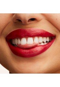 MAC - LUSTREGLASS LIPSTICK - Rouge à lèvres - cockney - 2