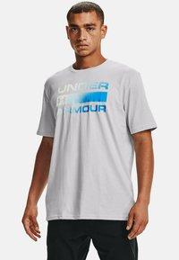 Under Armour - UA TEAM ISSUE WORDMARK  - Print T-shirt - halo gray - 0
