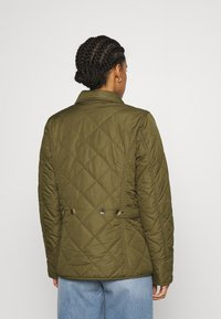 Barbour - BOUR NELSON QUILT - Lehká bunda - olive/olive mist tartan - 2