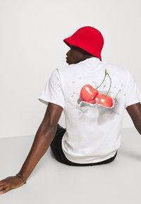 HUF - WET CHERRY TEE - Print T-shirt - white - 6