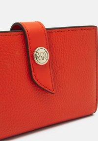MICHAEL Michael Kors - CHARM WALLET - Peněženka - clementine - 3