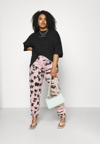Missguided Plus - TIE DYE - Tracksuit bottoms - pink - 1