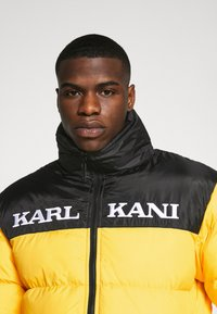 Karl Kani - RETRO BLOCK REVERSIBLE PUFFER JACKET - Veste d'hiver - black/yellow - 6