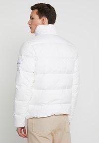 Calvin Klein Jeans - HOODED DOWN PUFFER  - Winter jacket - white - 2