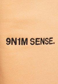 9N1M SENSE - LOGO PANTS UNISEX - Trousers - pantone apricot - 6