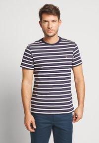 Farah - MANSOUR TEE - T-shirt z nadrukiem - true navy - 0