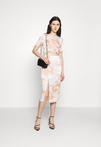 Missguided - PAISLEY PRINT CUT OUT DETAIL MIDI DRESS - Kjole - cream - 1