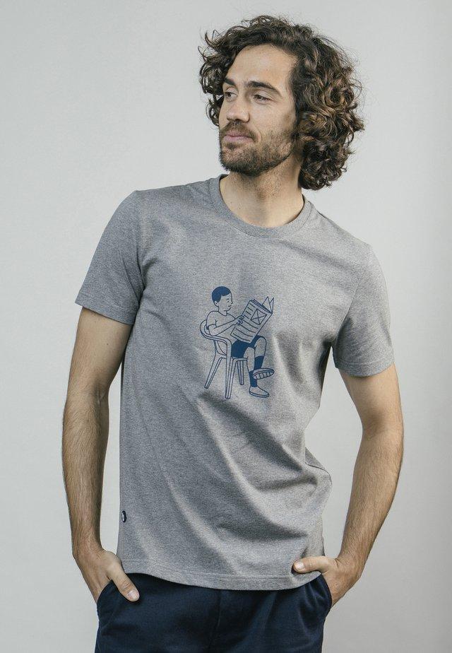 AKITO SITTING  - T-shirt med print - grey
