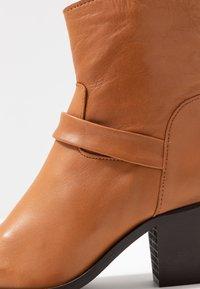 Vero Moda - VMKENA BOOT - Cowboystøvletter - cognac - 2