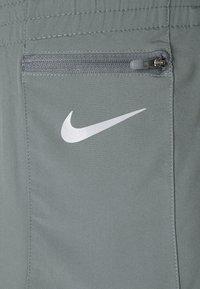 Nike Performance - TEMPO LUXE SHORT - Korte broeken - smoke grey - 4