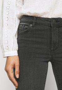 Vero Moda Petite - VMTANYA PIPING - Jeans Skinny Fit - dark grey denim - 6