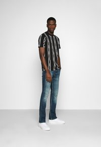 Calvin Klein - VERTICAL LOGO STRIPE - Printtipaita - black - 1
